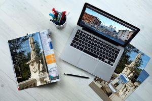 afbeelding van foto's rond een laptop