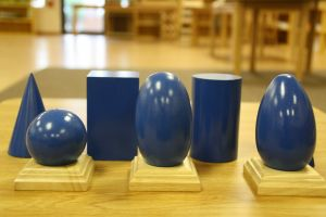 blauwe ruimtefiguren: kegel, balk, cilinder, bol