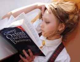 meisje leest in een Engels woordenboek