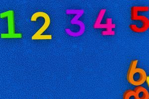 gekleurde cijfers op een blauwe achtergrond