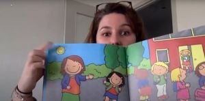 Screenshot video een juf leest voor uit een boek