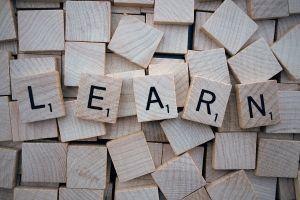 scrabbleletters vormen het woord learn