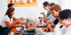 mensen met een laptop aan een tafel
