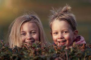 twee lief lachende kinderen