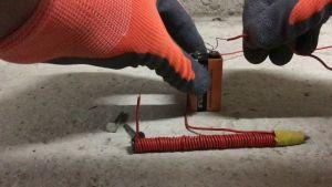 nagel elektromagnetisch gemaakt met batterij