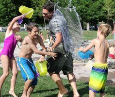 Kinderen spelen buiten met water