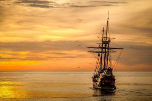 schip bij ondergaande zon