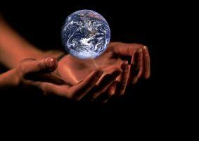 handen die een wereldbol vasthouden