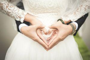 handen van een koppel dat trouwt