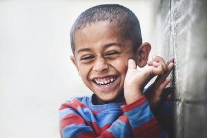 jongen lacht