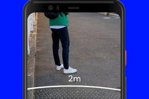 Een stukje van een smartphone met een cirkel in virtuele realiteit van twee meter.