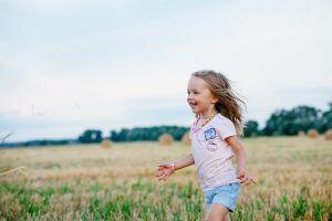 meisje loopt door het veld