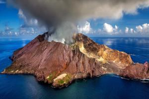 rook uit een vulkaan