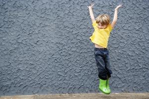 jongen springt