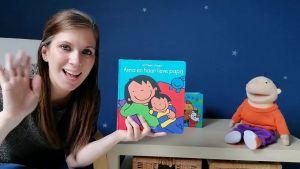 Screenshot uit de video, je ziet juf Jessica met het boek