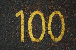 Het cijfer 100 in geel vetkrijt geschreven.
