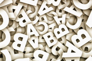 witte letters van het alfabet door elkaar