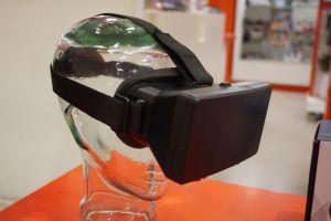 Een VR-bril op een paspop.