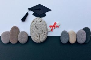 diploma-uitreiking voorgesteld met keien