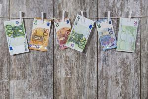 eurobiljetten aan een wasdraad