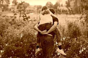 Papa met dochter op de rug
