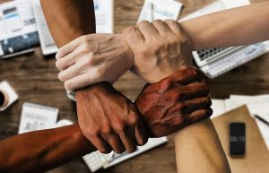 Verschillende handen geven elkaar een handdruk