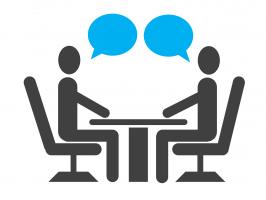Tekening twee pratende mensen aan een tafel