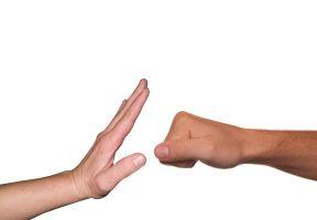 gebalde vuist en hand die afschermt
