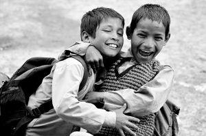 Twee lachende, spelende jongens
