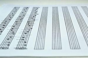 een blad muziekpapier dat nog voor de helft leeg is