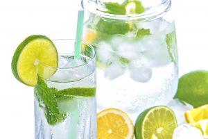 water met schijfjes limoen