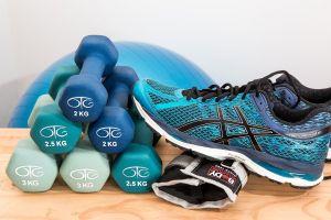 gewichtjes en sportschoenen