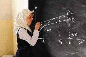 leerling tekent grafiek op bord