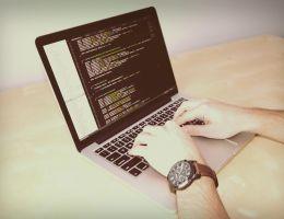 Persoon die aan het programmeren is op laptop