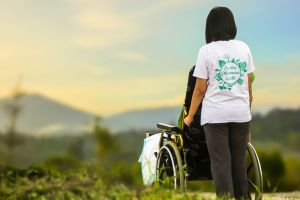 iemand die in een rolstoel geduwd wordt