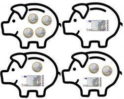 Vier spaarvarkens met enkele eurostukken en -biljetten