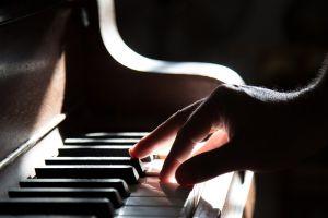 hand aan de piano