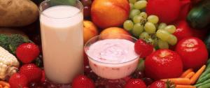 drankbekers tussen vers fruit