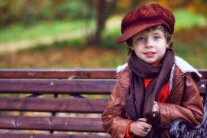 jongen op een bank