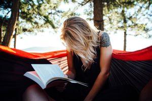 vrouw leest een boek