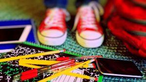 sneakers, poloden, rode balpennen en een iPad