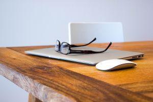 houten bureau met laptop
