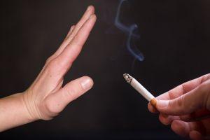 hand zegt nee tegen een aangeboden sigaret