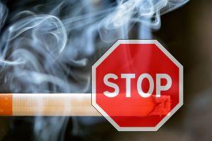 sigaret met een STOP-bord op
