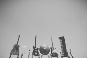 handen die muziekinstrumenten in de lucht steken