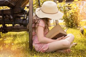 meisje leest een boek op het gras