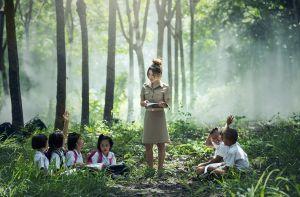juf geeft les in het bos