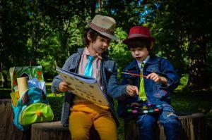 Kinderen op een bank in een park