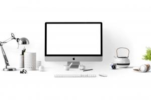 witte bureau met een computer