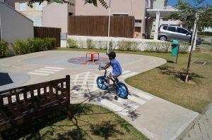 kind op fiets rijdend op speelplaats